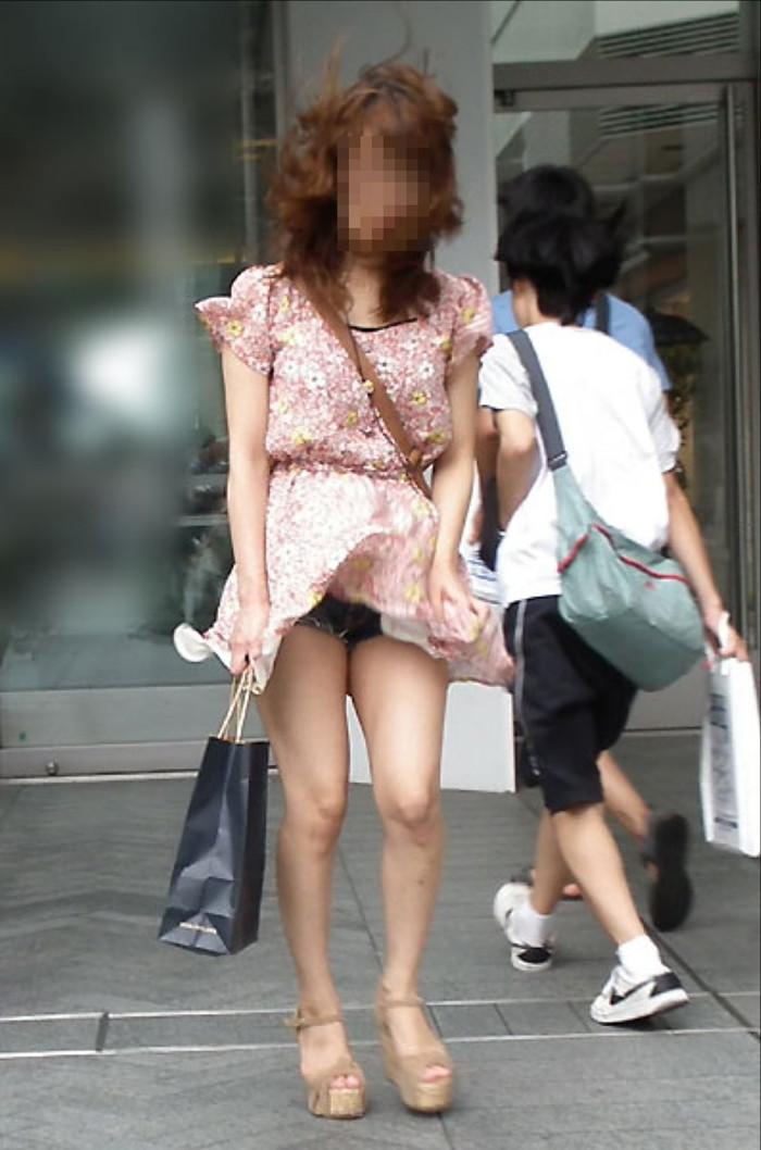 【街撮りパンチラエロ画像】街中でパンチラしている女の子たちを激写した結果www 21