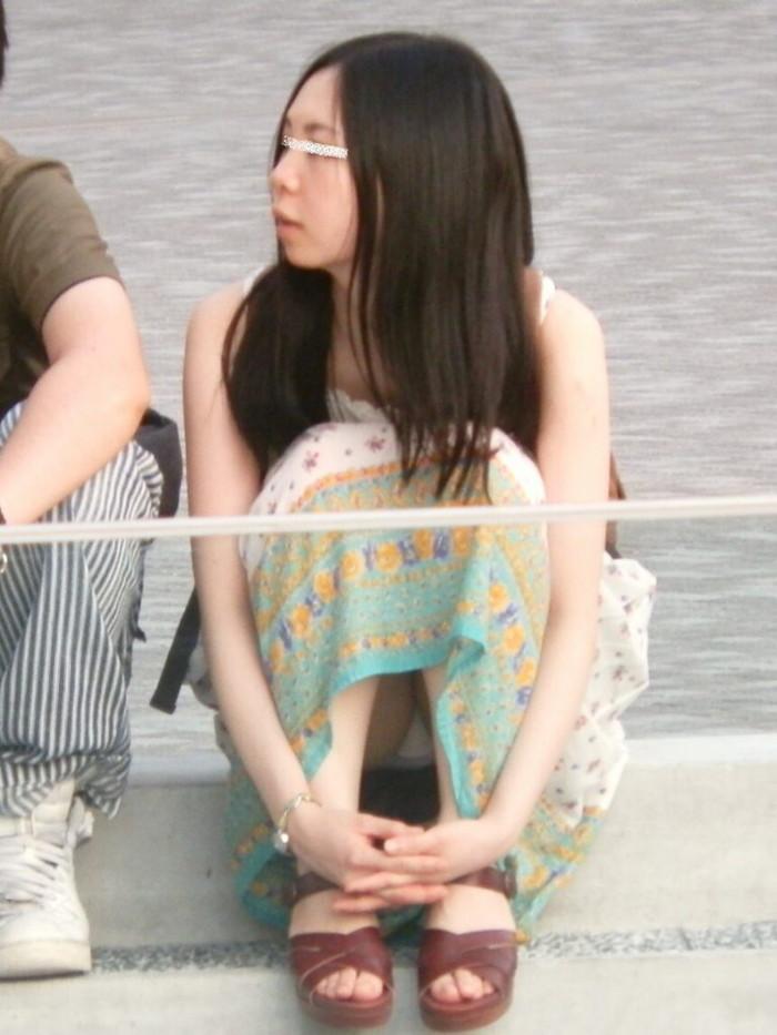【街撮りパンチラエロ画像】街中でパンチラしている女の子たちを激写した結果www 22
