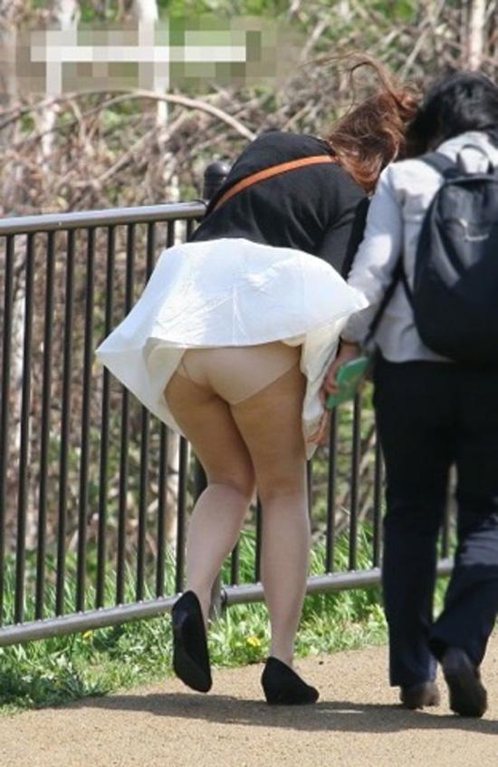 【街撮りパンチラエロ画像】街中でパンチラしている女の子たちを激写した結果www 23