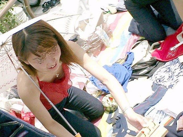 【胸チラエロ画像】油断した素人の女の子たちの胸元を狙って激写した結果ww 07
