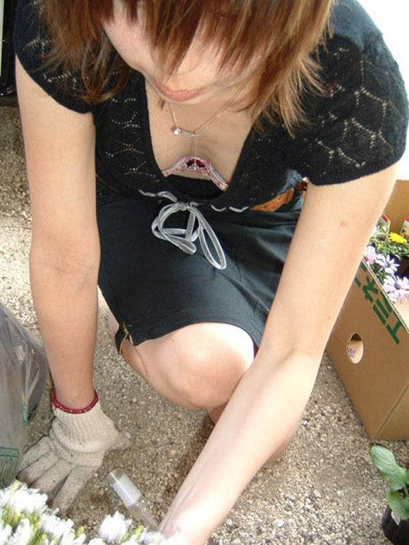 【胸チラエロ画像】油断した素人の女の子たちの胸元を狙って激写した結果ww 18