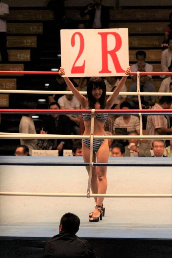 【ラウンドガールエロ画像】うっかり勃起してしまいそうな格闘技のラウンドガールたちw 12
