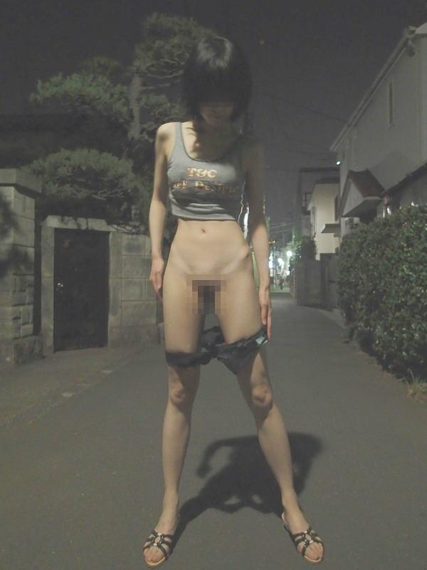 【夜間露出エロ画像】暗闇にまぎれてしまえば野外露出もなんのその!wwww 04