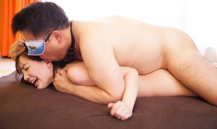 【寝バックエロ画像】女の子をうつぶせにして後ろから挿入する寝バックという体位w 21