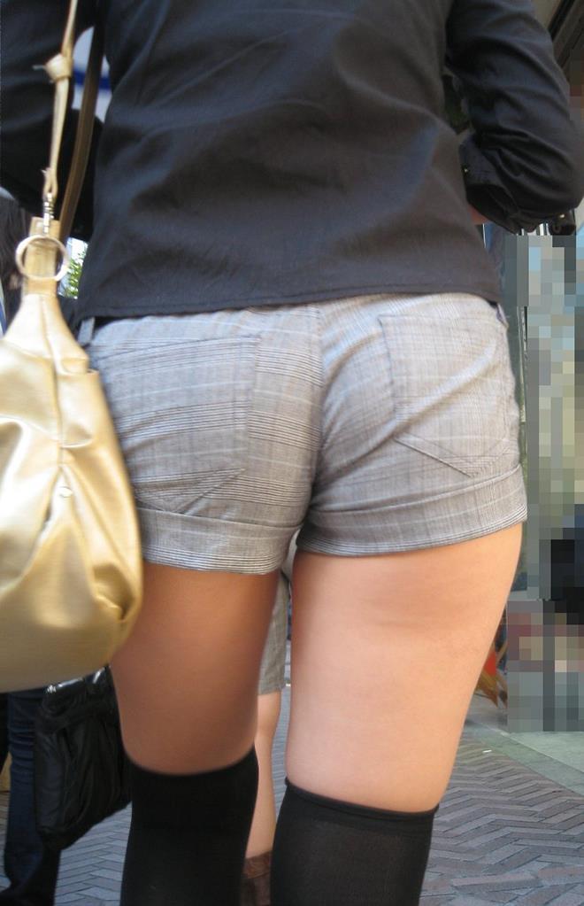 【街撮りホットパンツエロ画像】街中で見かけたホットパンツ女子から目が離せないwww 10