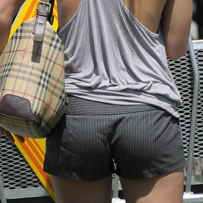 【街撮りホットパンツエロ画像】街中で見かけたホットパンツ女子から目が離せないwww 11