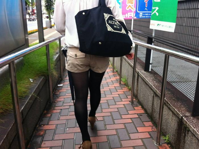 【街撮りホットパンツエロ画像】街中で見かけたホットパンツ女子から目が離せないwww 15