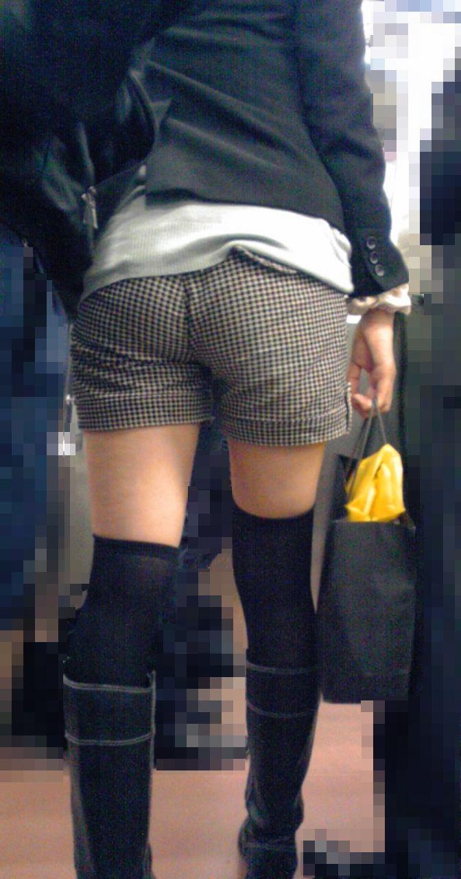 【街撮りホットパンツエロ画像】街中で見かけたホットパンツ女子から目が離せないwww 16