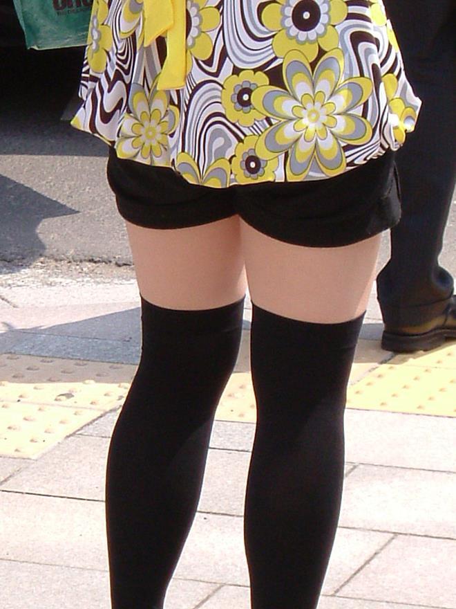 【街撮りホットパンツエロ画像】街中で見かけたホットパンツ女子から目が離せないwww 18