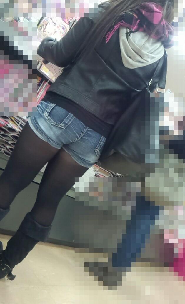 【街撮りホットパンツエロ画像】街中で見かけたホットパンツ女子から目が離せないwww 19