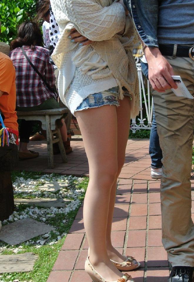 【街撮りホットパンツエロ画像】街中で見かけたホットパンツ女子から目が離せないwww 21