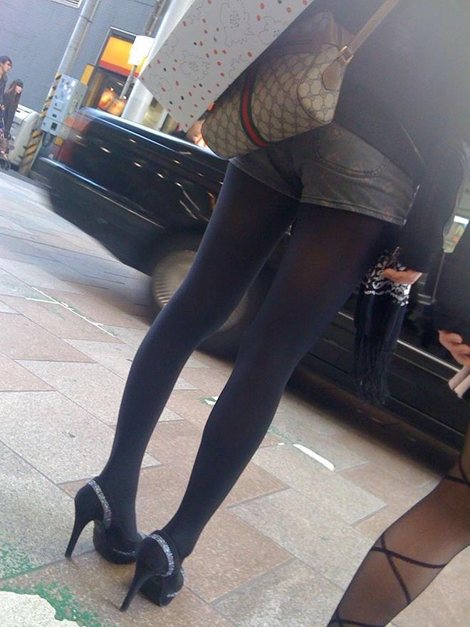 【街撮りホットパンツエロ画像】街中で見かけたホットパンツ女子から目が離せないwww 22