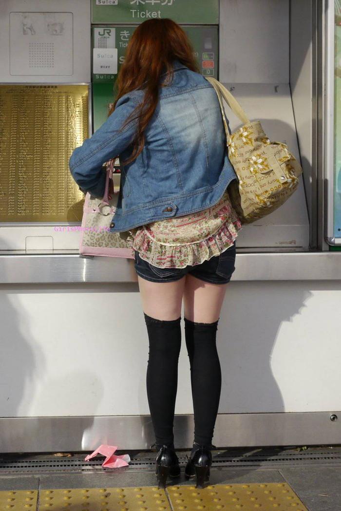 【街撮りホットパンツエロ画像】街中で見かけたホットパンツ女子から目が離せないwww 23