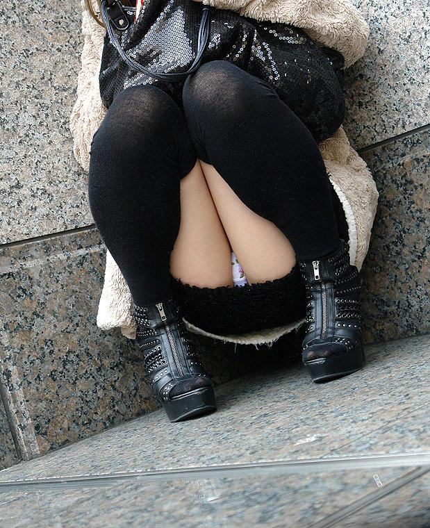 【しゃがみ込みパンチラエロ画像】しゃがみ込んだ女の子の股間がバッチリ!のパンチラww 02