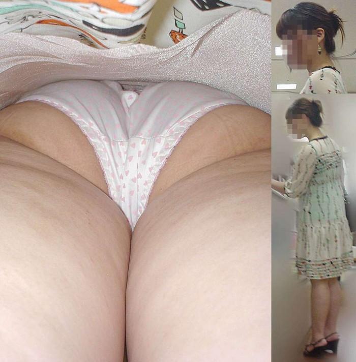 【逆さ撮りエロ画像】街行く女の子達のスカートの中身を強引な角度で盗撮!? 10