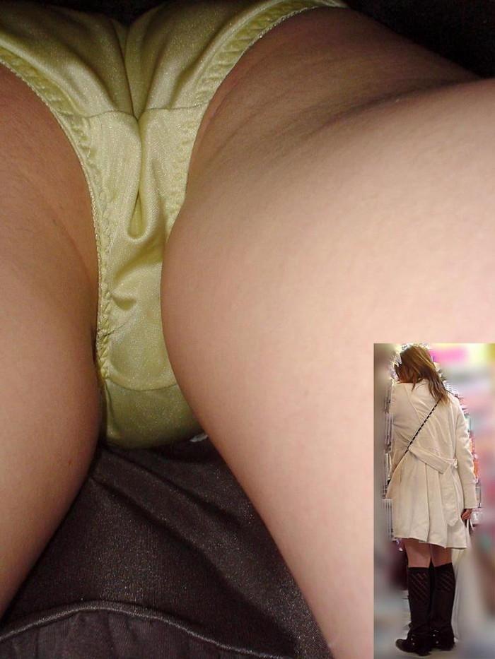 【逆さ撮りエロ画像】街行く女の子達のスカートの中身を強引な角度で盗撮!? 18
