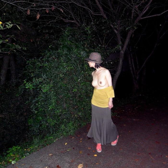 【夜間露出エロ画像】昼間の露出は無理だけど夜中ならへっちゃら!な女の子たち! 09