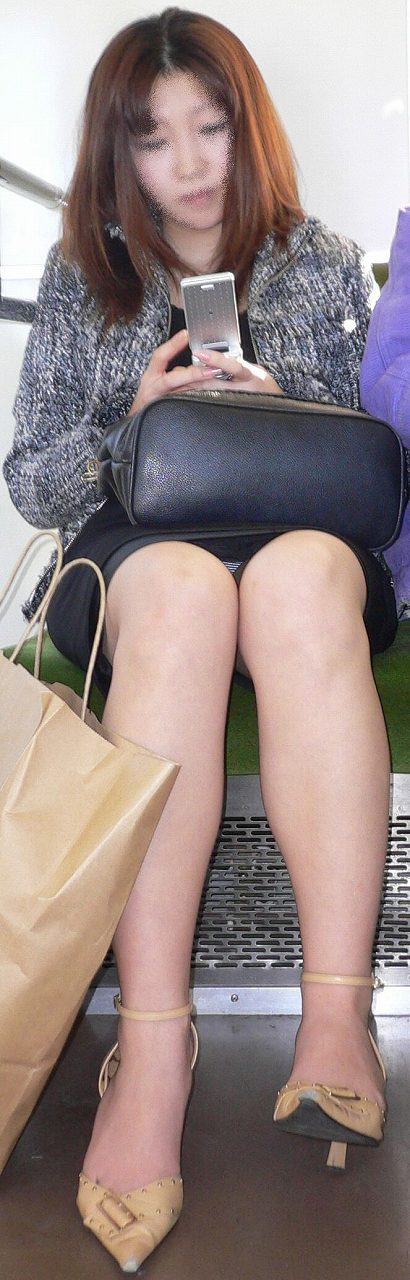 【電車内盗撮エロ画像】パンチラ連発!電車内で油断している女の子を盗撮した結果www 09