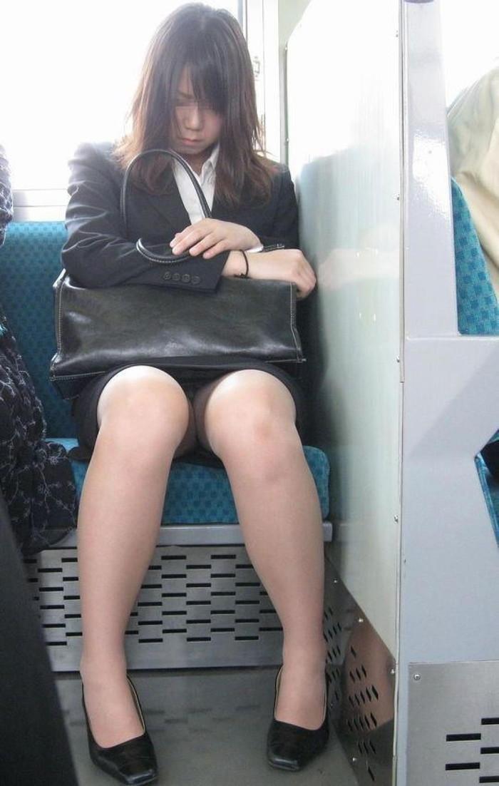 【電車内盗撮エロ画像】パンチラ連発!電車内で油断している女の子を盗撮した結果www 16