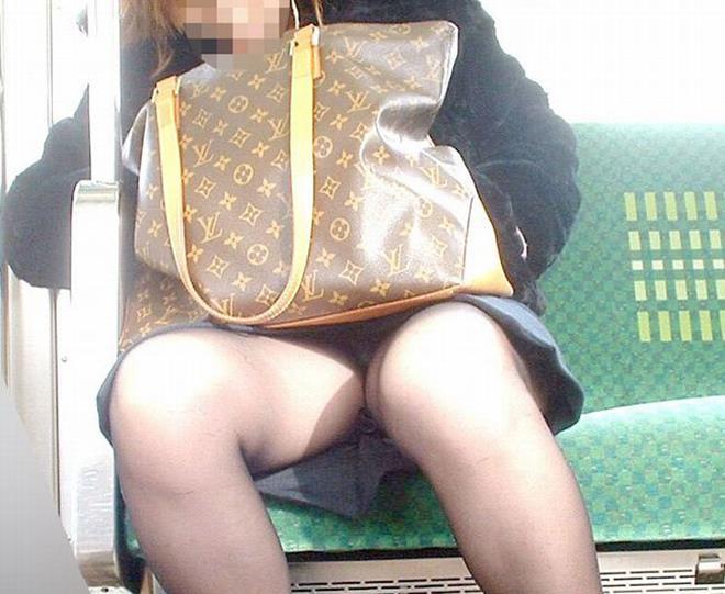 【電車内盗撮エロ画像】パンチラ連発!電車内で油断している女の子を盗撮した結果www 17