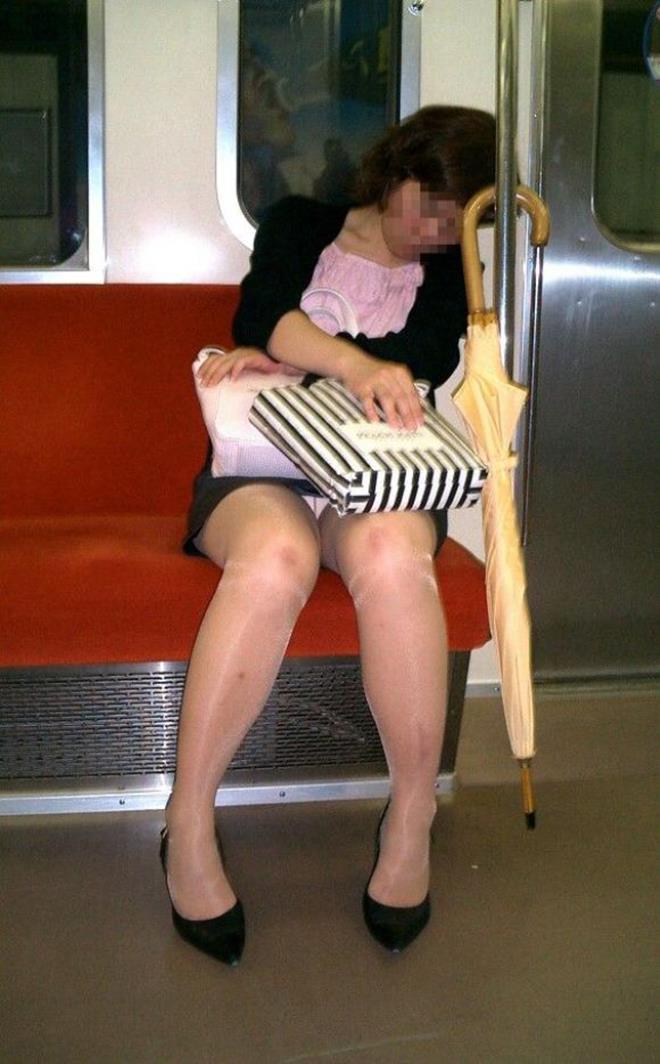 【電車内盗撮エロ画像】パンチラ連発!電車内で油断している女の子を盗撮した結果www 19