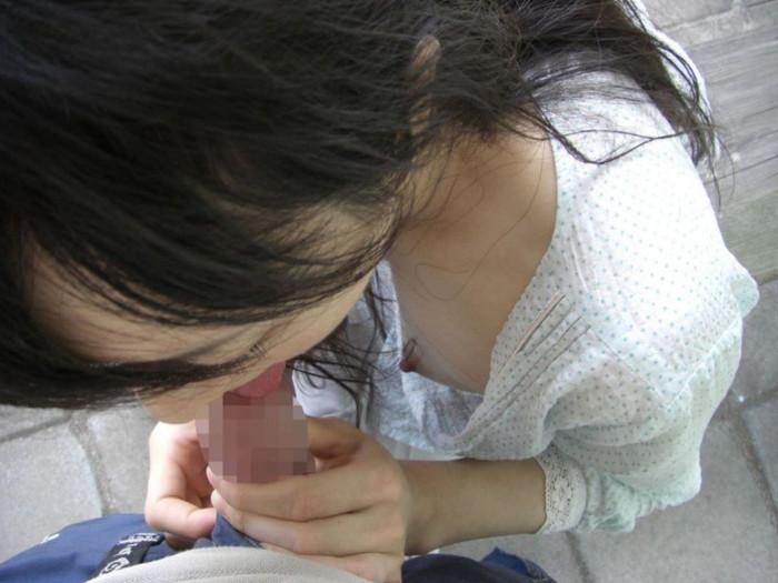 【野外フェラエロ画像】屋外で男のチンポにしゃぶりつく女ってエロすぎるだろ!? 08