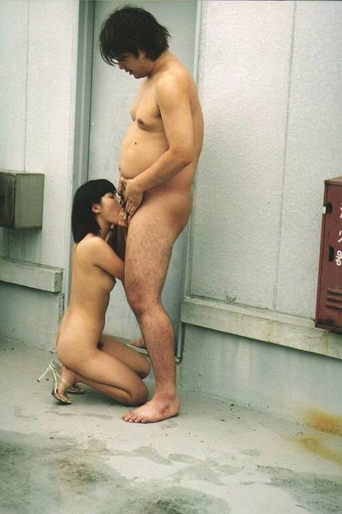 【野外フェラエロ画像】屋外で男のチンポにしゃぶりつく女ってエロすぎるだろ!? 13