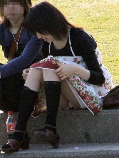 【街撮りパンチラエロ画像】街中でパンチラ女子見かけたから撮ったったってやつww 03