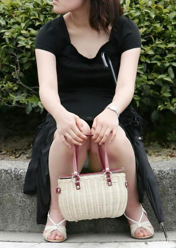 【街撮りパンチラエロ画像】街中でパンチラ女子見かけたから撮ったったってやつww 06