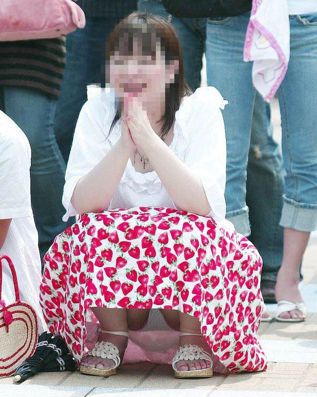 【街撮りパンチラエロ画像】街中でパンチラ女子見かけたから撮ったったってやつww 08