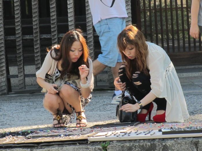【街撮りパンチラエロ画像】街中でパンチラ女子見かけたから撮ったったってやつww 10