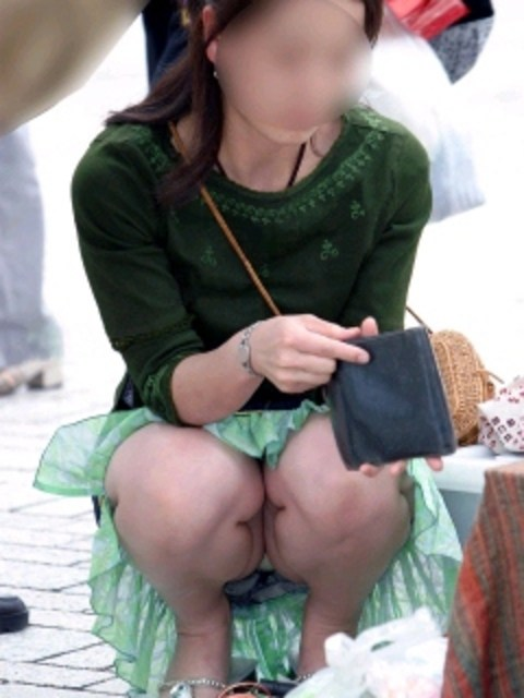 【街撮りパンチラエロ画像】街中でパンチラ女子見かけたから撮ったったってやつww 11