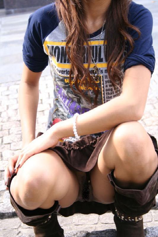 【街撮りパンチラエロ画像】街中でパンチラ女子見かけたから撮ったったってやつww 12