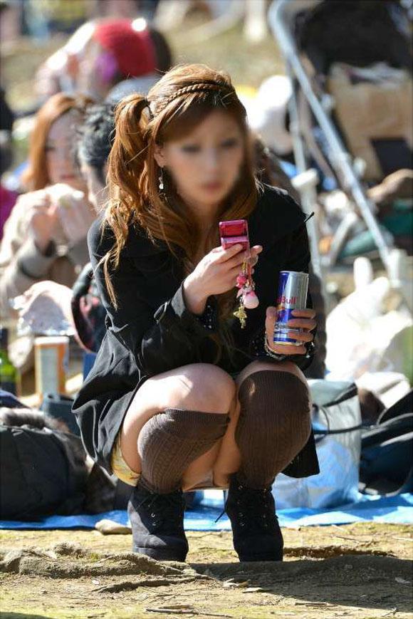 【街撮りパンチラエロ画像】街中でパンチラ女子見かけたから撮ったったってやつww 15