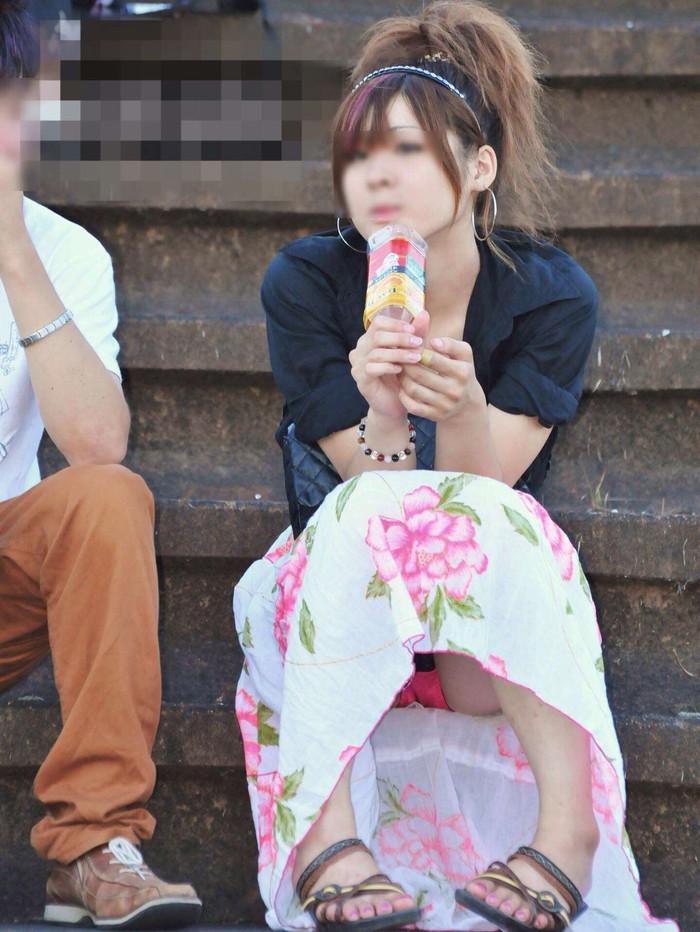 【街撮りパンチラエロ画像】街中でパンチラ女子見かけたから撮ったったってやつww 18