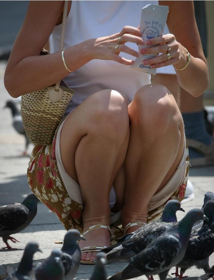 【街撮りパンチラエロ画像】街中でパンチラ女子見かけたから撮ったったってやつww 24