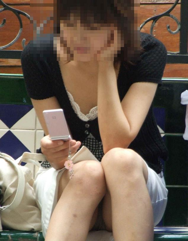 【街撮りパンチラエロ画像】街中でパンチラ女子見かけたから撮ったったってやつww 26