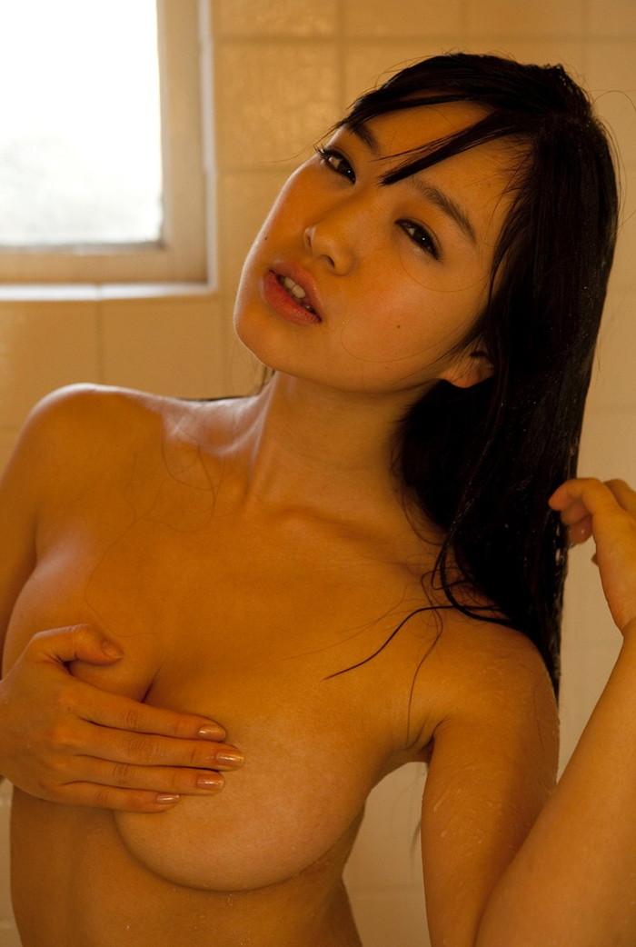 【手ブラエロ画像】おっぱいを包んでいるのはブラではなく手ブラ!wwwwww 01