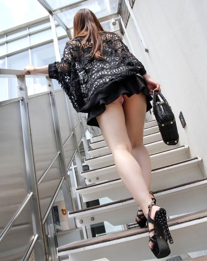 【ローアングルエロ画像】ミニスカートの女の子の股間をナナメ下から狙ってみる! 03