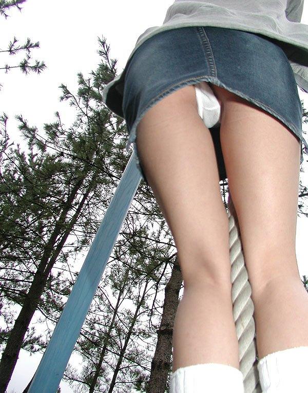 【ローアングルエロ画像】ミニスカートの女の子の股間をナナメ下から狙ってみる! 17