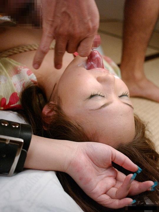 【口内発射エロ画像】女の子の可愛い口からザーメンが滴る…口内発射エロ画像! 04