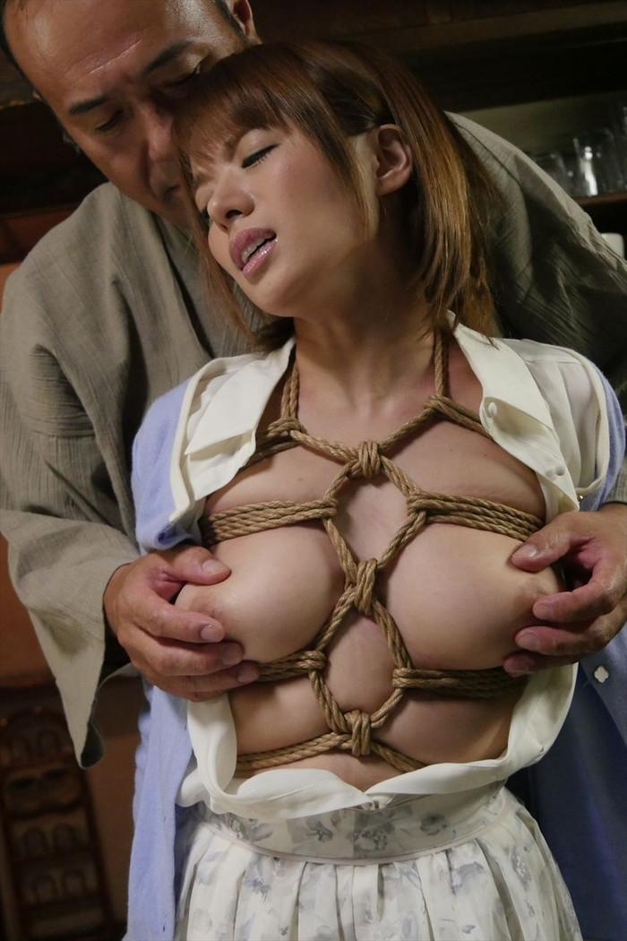 【緊縛プレイエロ画像】体を拘束されて自由を奪われた女にイタズラプレイ!? 11