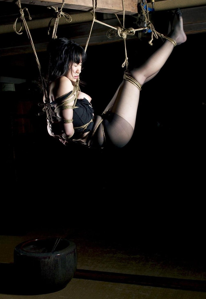 【緊縛プレイエロ画像】体を拘束されて自由を奪われた女にイタズラプレイ!? 17
