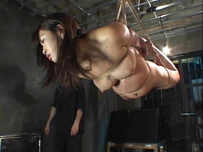【緊縛プレイエロ画像】体を拘束されて自由を奪われた女にイタズラプレイ!? 20