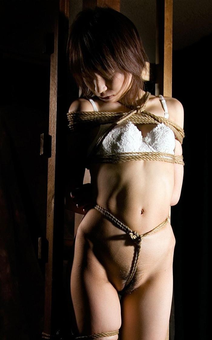 【緊縛プレイエロ画像】体を拘束されて自由を奪われた女にイタズラプレイ!? 27