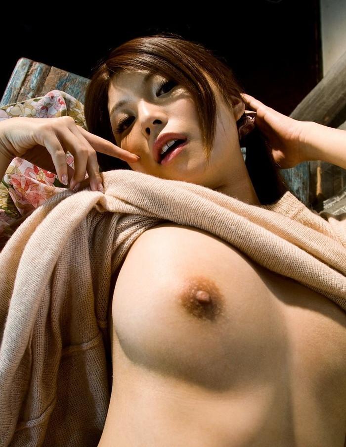 【片乳エロ画像】おっぱいの全貌を見せるのはNG!?片乳なら…っていうやつww 15