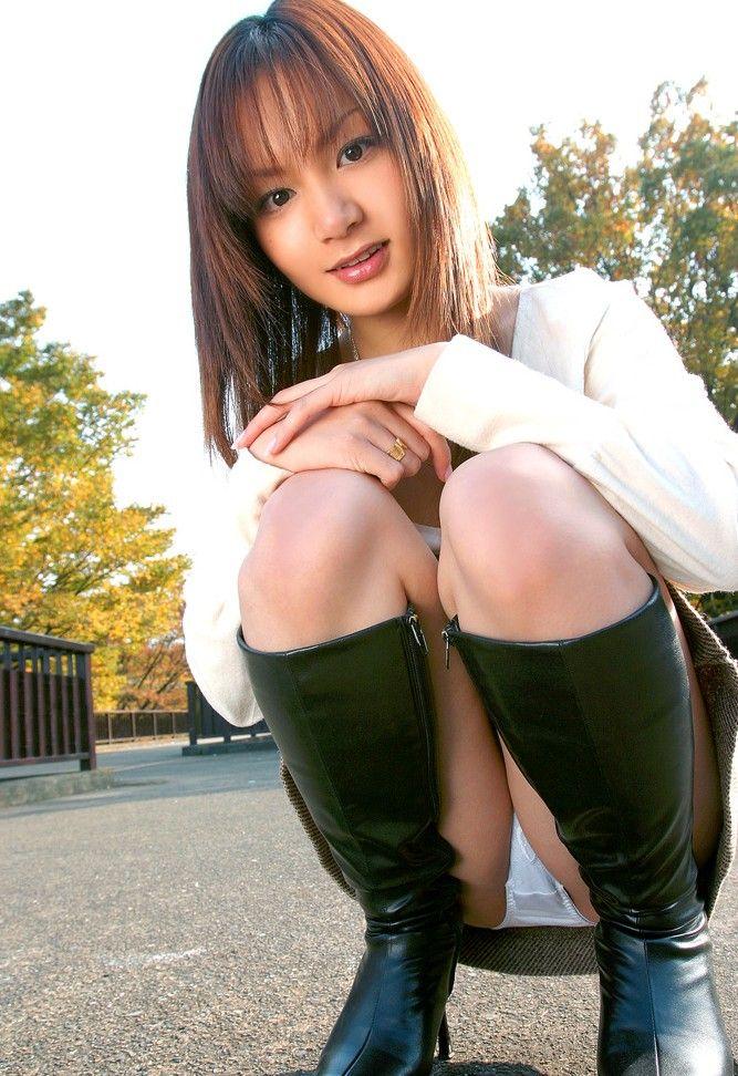 【しゃがみ込みパンチラエロ画像】しゃがみ込んだ女の子のデルタゾーンが気になるw 06