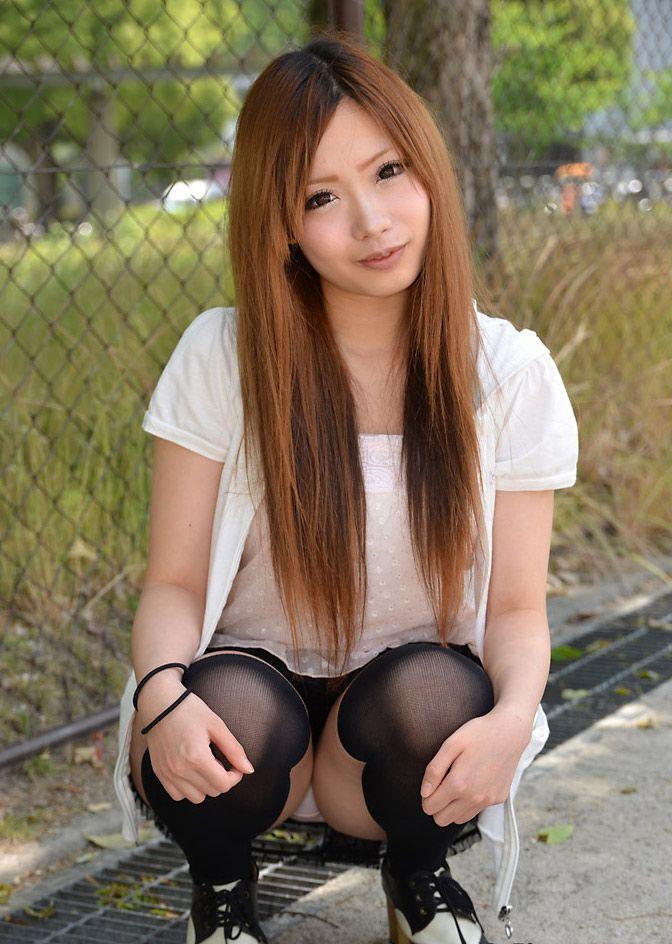 【しゃがみ込みパンチラエロ画像】しゃがみ込んだ女の子のデルタゾーンが気になるw 20