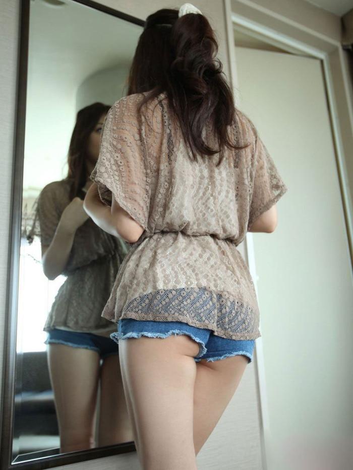 【ホットパンツエロ画像】むちむちの太ももも露わになったエグい切れ込みのホットパンツ! 24