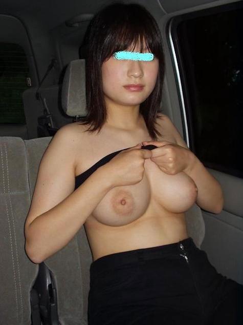 【車内露出エロ画像】野外露出は怖いけど車内でプチ露出ならぜんぜんOKな女たち! 16